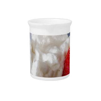 Creme mit Erdbeeren in einer Glasschüssel Krug