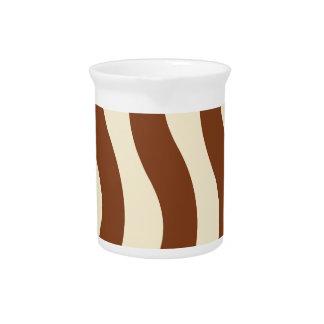 Creme-und Brown-Wellen-Streifen Getränke Pitcher