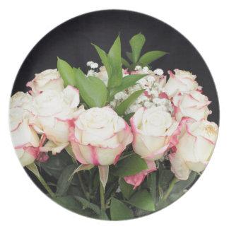 Cremefarbener rosa Rosen-Blumenstrauß Teller