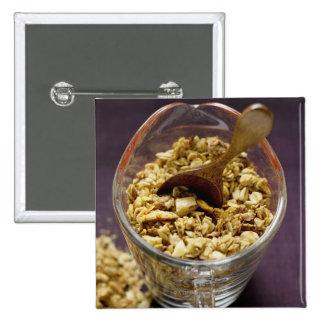 Crunchy muesli mit hölzernem Löffel in einem Quadratischer Button 5,1 Cm