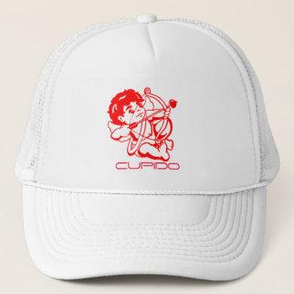 Cupido in Rot auf einer Kappe