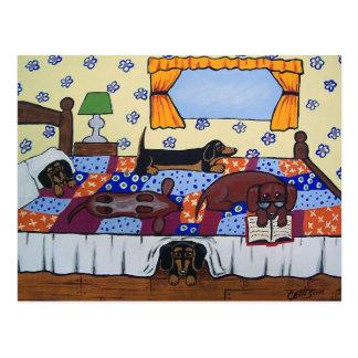 Dackel-Bett-Zeit-Geschichten-Postkarte Postkarte