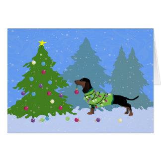 Dackel, die Weihnachtsbaum im Wald verziert Karte