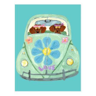 Dackel-Hippies in ihrem Blumen-Liebe-Mobile Postkarte