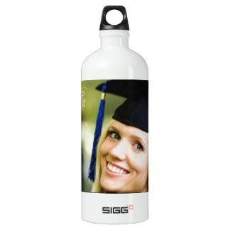 Dame im Absolvent-Hut Aluminiumwasserflasche