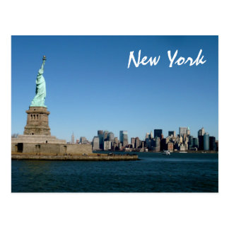 Dame Liberty Watches Over NYC (Farbe) Postkarte