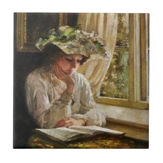 Dame Reading durch ein Fenster Kleine Quadratische Fliese