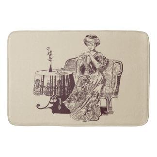 Dame trinkt Tee Badematte