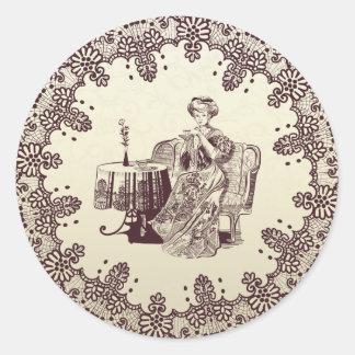 Dame trinkt Tee Runder Aufkleber