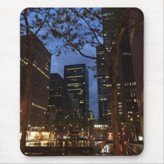 Dämmerung an den Mittel-NYC Architektur-Lichtern Mousepads