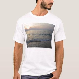 Dämmerung in der exotischen tropischen Insel T-Shirt