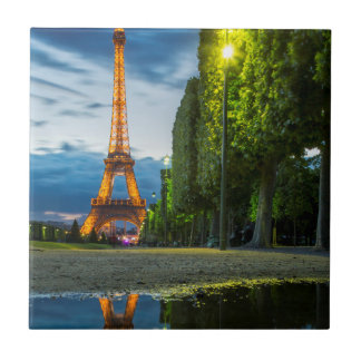 Dämmerungsreflexionen unter dem Eiffelturm Keramikfliese