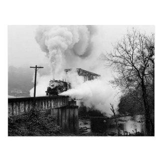 Dampf Enging, das eine Brücken-Postkarte kreuzt Postkarte