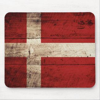 Dänemark-Flagge auf altem hölzernem Korn Mauspad