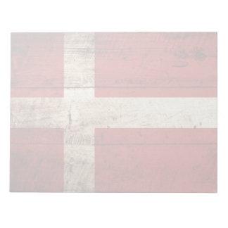 Dänemark-Flagge auf altem hölzernem Korn Notizblock