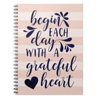 Dankbare beschriftetes Typografie-Zitat des Herz-| Spiral Notizblock