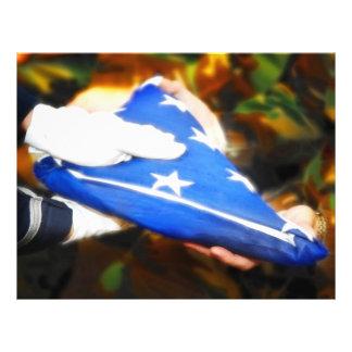"""""""Danke"""" der Soldat, der die amerikanische Flagge e Vollfarbige Flyer"""