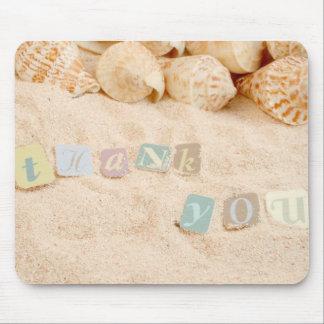 Danke in den Buchstaben auf einem sandigen Strand Mousepad