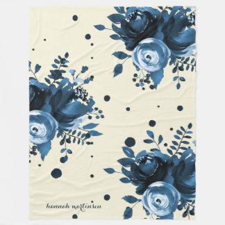 Das blaue Aquarell, das mit Punkten mit Blumen ist Fleecedecke