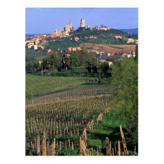 Das Dorf von San Gimignano sitzt im Rollen Postkarte