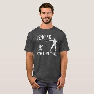 DAS FECHTEN BEGINNEN sie JUNGE - FECHTEND T-Shirt