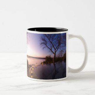 Das Fluss-Vereinhäuschen, Sonnenuntergang auf Zweifarbige Tasse