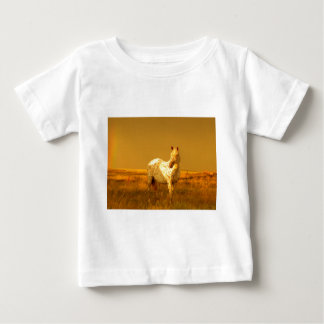 Das gepunktete Pferd im goldenen Glühen eines Baby T-shirt