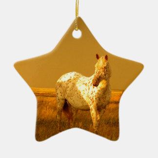 Das gepunktete Pferd im goldenen Glühen eines Keramik Ornament