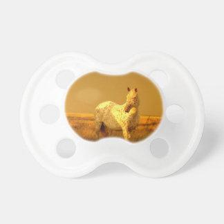 Das gepunktete Pferd im goldenen Glühen eines Schnuller