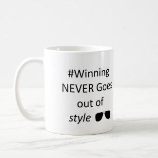 Das Gewinnen erlischt nie von der Art-Tasse Kaffeetasse
