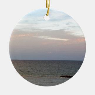 Das Glühen bewölkt sich über dem adriatischen Meer Rundes Keramik Ornament