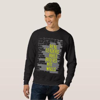 Das grundlegende dunkle Sweatshirt der wirklichen