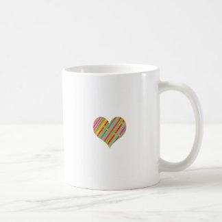Das Herz, das vom Durchschlags-Papier gemacht Kaffeetasse
