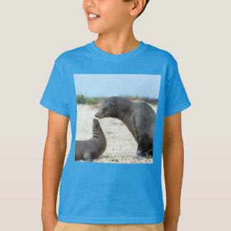 Das Junge Unterhemd trinkt Seelöwe mit seinem