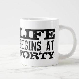Das Leben fängt bei Tasse des lustigen 40.
