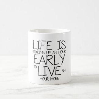 Das Leben wacht eine Stunde früh auf Kaffeetasse