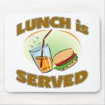 Das Mittagessen wird gedient Mousepad