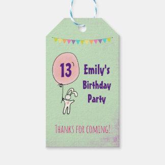 Das niedliche Häschen, das einen Ballon-Geburtstag Geschenkanhänger