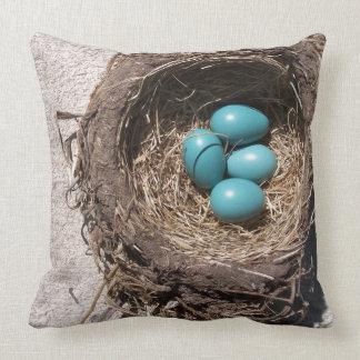 Das niedliche Nest-blaue Robin-Eier des rustikalen Kissen