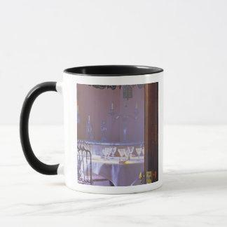 Das private Esszimmer mit dem schwarzen Kristall Tasse