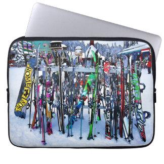 Das Ski-Party - Skis und Polen Laptop Sleeve