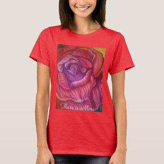 Das T-Shirt der Frau mit Rosendruck der feinen