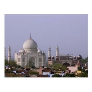 das Taj Mahal beherrscht die Stadt von Agra Postkarte