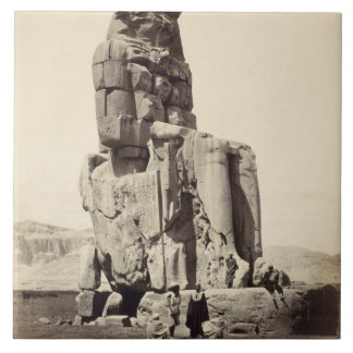 "Das ""vernehmbare Memnon"", kolossale Statue von Keramikfliese"