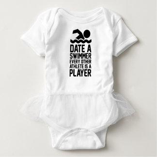 Datieren Sie einen Schwimmer Baby Strampler