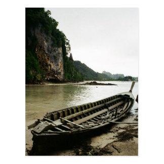 Defektes Boot entlang dem Riverbed Postkarte