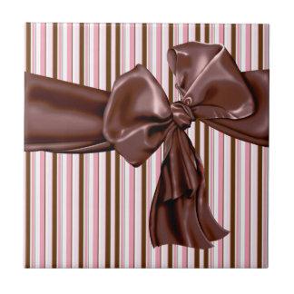 Dekadenter Schokoladenbogen mit Streifen Kleine Quadratische Fliese