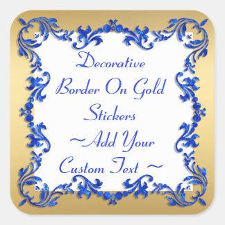 Dekorative blaue Grenze auf Goldaufkleber Quadrat-Aufkleber