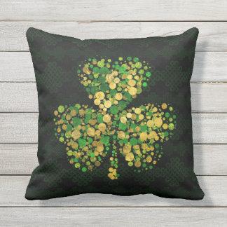 Dekoratives irisches Kleeblatt - Klee-Gold und Kissen