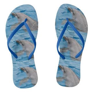 Delphin-Schwimmen im tiefen blauen Ozean-Wasser Flip Flops